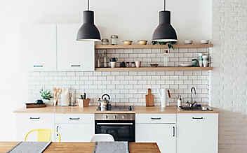 So bewahrt man Küchenutensilien platzsparend auf