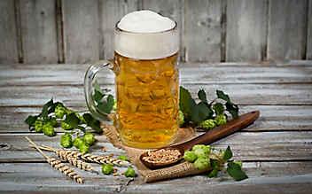 Ein Schluck Bier für fettige Haut