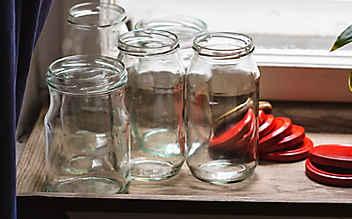 So löst man ganz einfach Etiketten von Gläsern