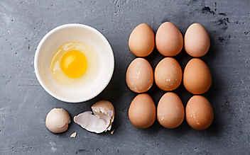 Mit diesen Tricks fischt man Schale aus aufgeschlagenem Ei