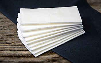 So leicht entfernt man Taschentuchfusseln von der Kleidung