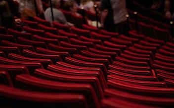 Opernfan bei Vorstellung mit Stock geschlagen