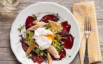 Pochiertes Ei auf Kochsalat