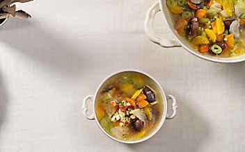 Gemüsesuppe mit Saubohnen und Äpfeln