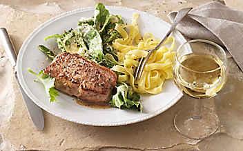 Kalbsrücken-Steak mit Kohlrabi-Blattgemüse und Nudeln