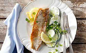 Knuspriger Saibling mit Rahm-Gurken-Salat