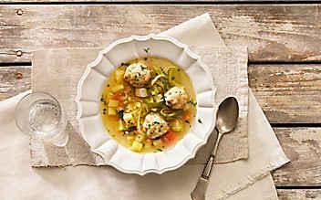 Steckrüben-Suppe mit Kräuter-Knödeln