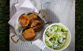 Karfiol-Käse-Laibchen mit Gurken-Kohlrabi-Salat