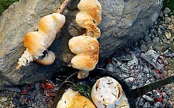 Steckerlbrot mit warmem Käse