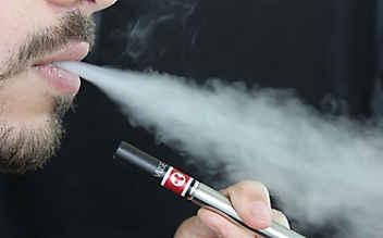 Schwerste Verbrennungen: E-Zigarette in Hose explodiert