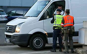 22 Flüchtlinge in Kastenwagen entdeckt