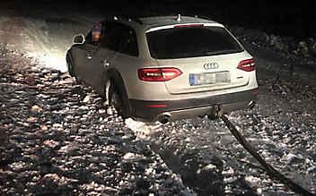 Auf Navi vertraut: Auto steckt auf Skipiste fest