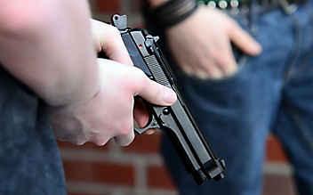 Erstklässler erscheint mit Pistole zum Unterricht
