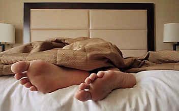 Betrunkener legt sich zwischen schlafendes Paar ins Bett