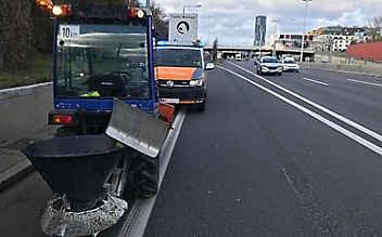 Zu langsam: Traktor kriecht mit 10 km/h über die Autobahn