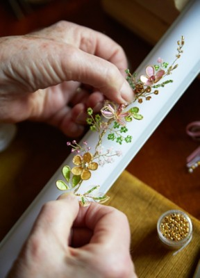 Taufkerze mit Perlenblumen