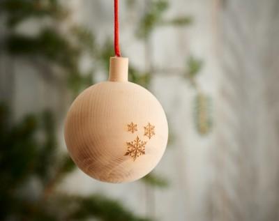 Weihnachtskugel aus Zirbe